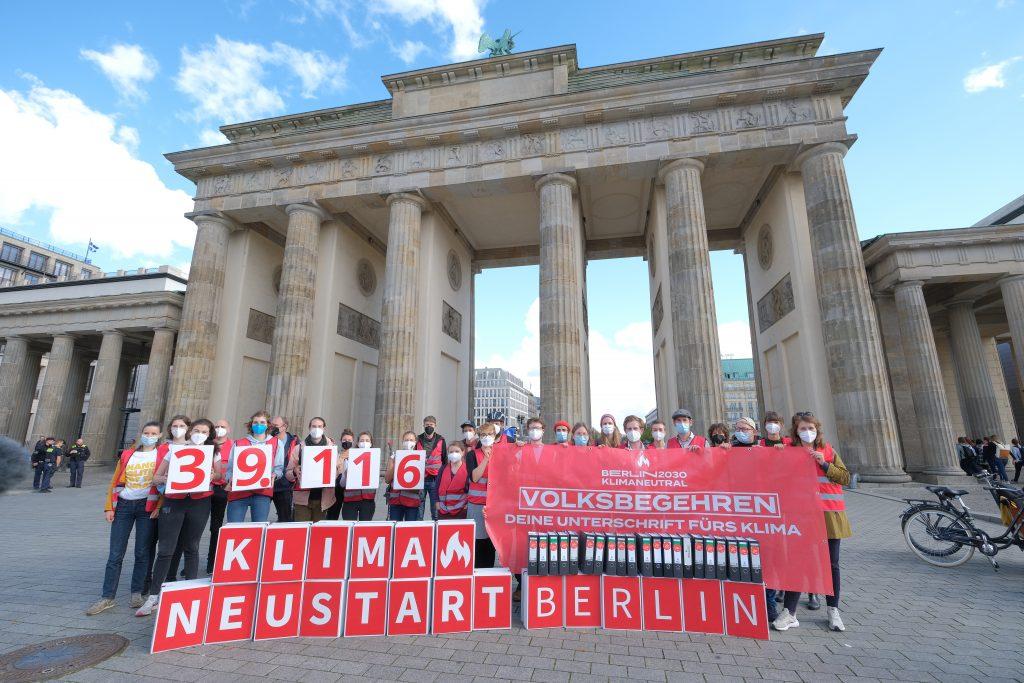 Pressefoto Übergabe Berlin 2030 Klimaneutral